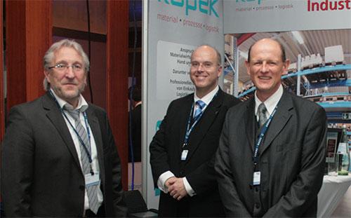 Abbildung 6: Präsentation der SMART LABELS auf dem BME Symposium in Berlin. Von l.n.r.: Rolf Kupek (Kupek GmbH), Roland Scherb (Visual Technologies GmbH), Prof. Dr. Klaus Meier (IPL).