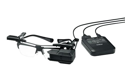Bei einem sog. HMD wird durch ein Display und eine Optik ein virtueller Bildschirm vor das Auge des Nutzers projiziert.